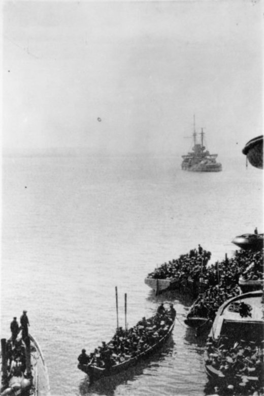 Auckland Battalion landing at Gallipoli, Turkey, during World War I. Lawson, Alan Wallace 1893-1961 :Photograph album. Ref: PA1-o-1312-07-2. Alexander Turnbull Library, Wellington, New Zealand. http://natlib.govt.nz/records/22826627
